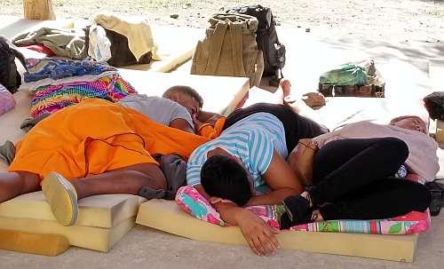 Costa Rica: Kubaner*innen halten in der Pfarrei Siesta in der Mittagshitze / Foto: Markus Plate Voces Nuestras